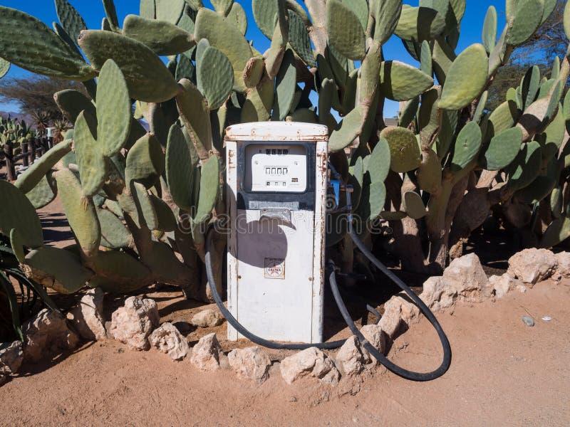 Vecchia retro stazione di servizio in solitario, Namibia, Africa immagini stock libere da diritti