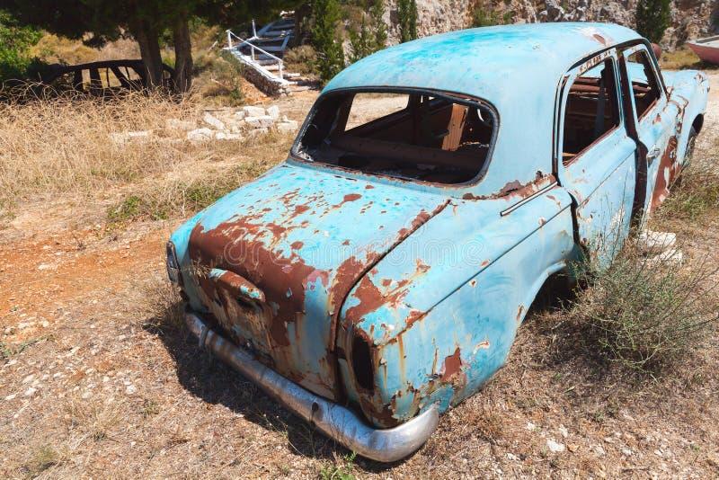 Vecchia retrovisione arrugginita abbandonata dell'automobile fotografia stock libera da diritti
