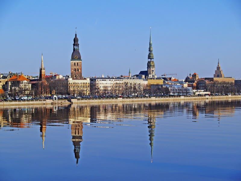Vecchia Riga attraverso il Daugava immagine stock libera da diritti