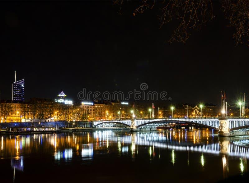 Vecchia riva del fiume centrale della città di Lione della città alla notte in Francia fotografie stock libere da diritti