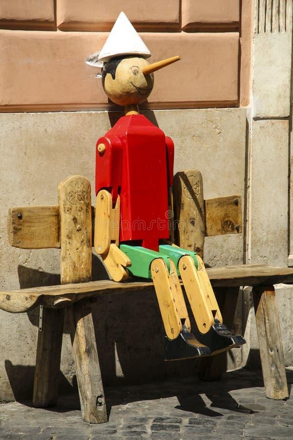 Vecchia ROM di legno della marionetta di Pinocchio il libro scritto da Carlo Co immagine stock