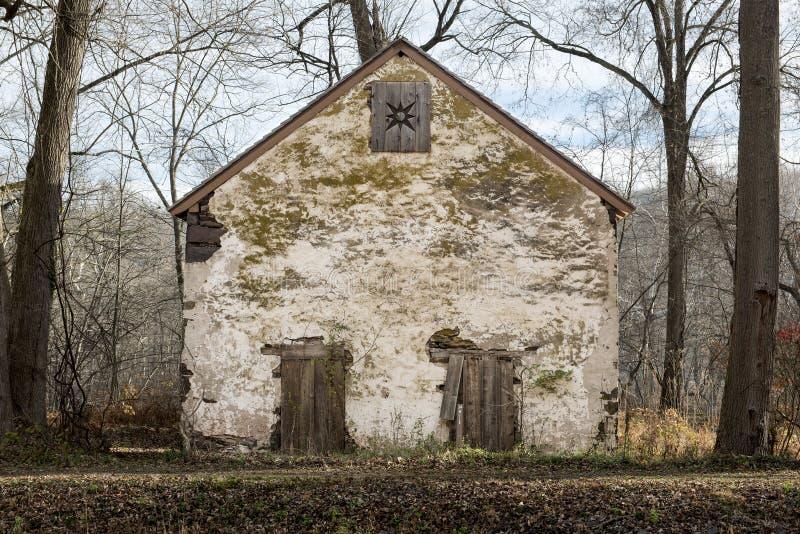Vecchia rovina di pietra del granaio fotografia stock