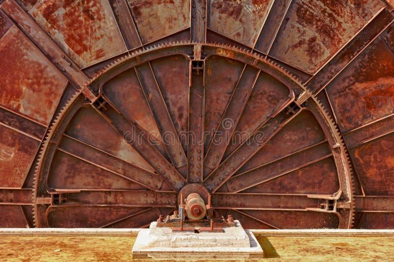 Vecchia ruota del macchinario industriale fotografia stock libera da diritti