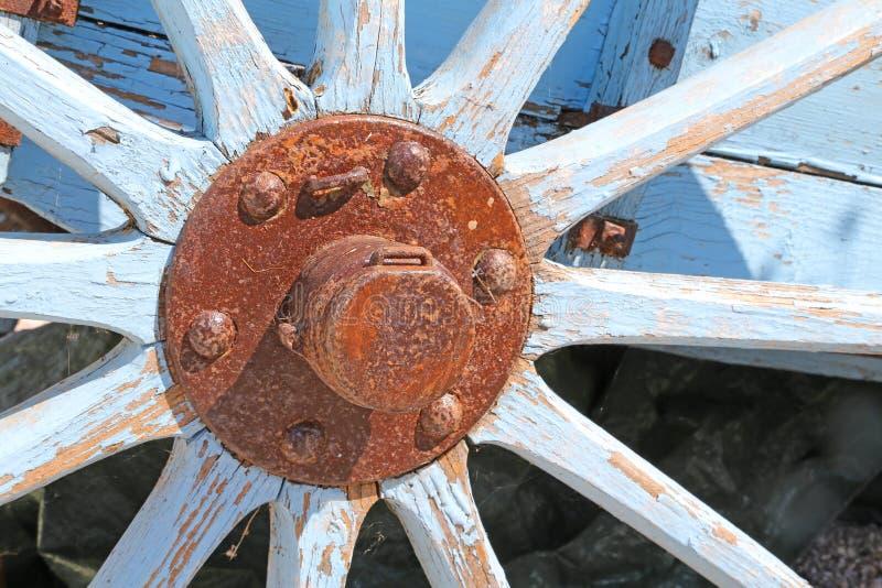 Vecchia ruota di vagone di legno con il hub arrugginito immagini stock libere da diritti