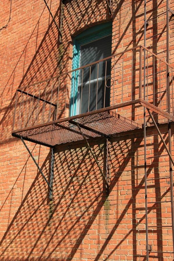 Vecchia scala arrugginita fuori della costruzione di for Fuori piani di costruzione