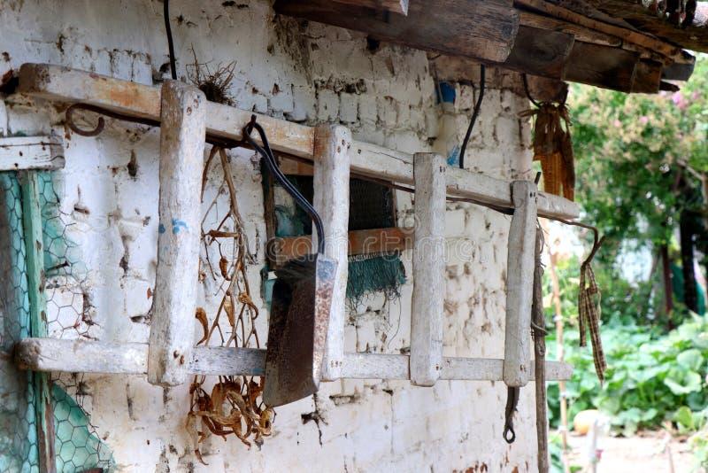 Vecchia scala che appende su un magazzino bianco in un villaggio greco fotografia stock