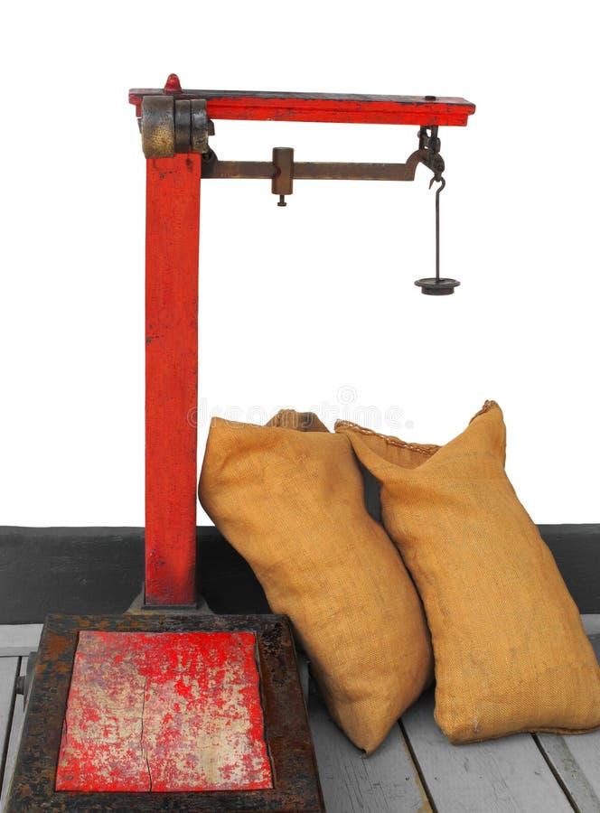 Vecchia scala commerciale dell'equilibrio del peso isolata. fotografie stock