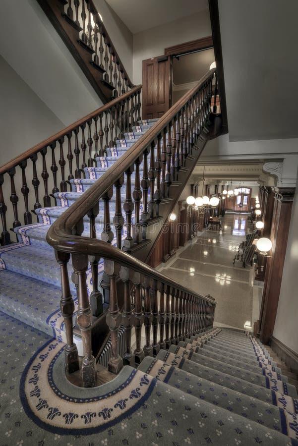 Vecchia scala nel corridoio fotografia stock