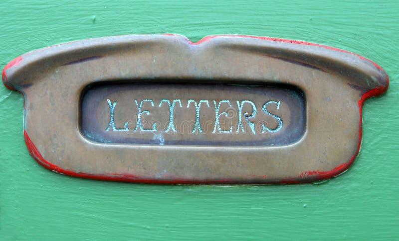 Vecchia scanalatura d'ottone della lettera fotografie stock