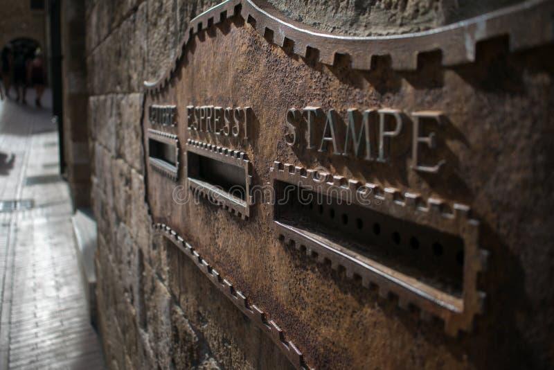 Vecchia scanalatura di posta arrugginita a San Gimignano in Toscana, Italia fotografie stock libere da diritti