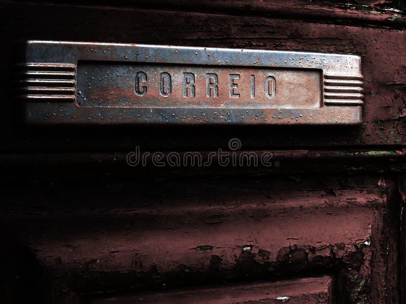 Vecchia scanalatura di posta in vecchio portello fotografia stock libera da diritti