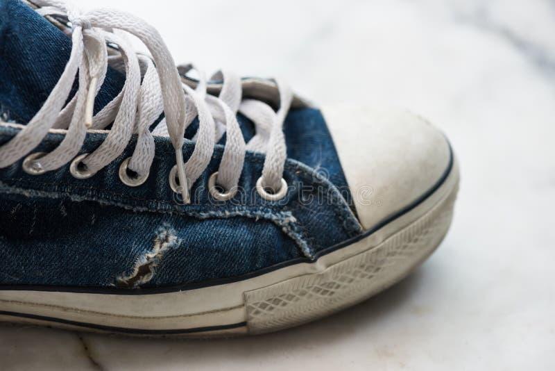 Vecchia scarpa da tennis blu sporca Modo dell'adolescente immagine stock libera da diritti