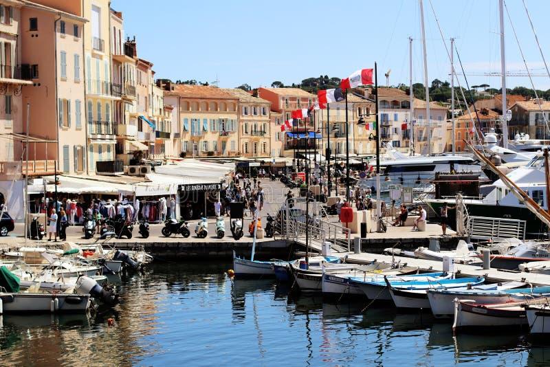 Vecchia scena della via del porto di Saint Tropez di estate fotografia stock libera da diritti