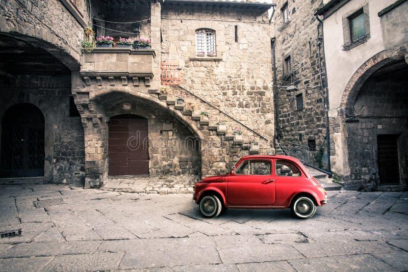 Vecchia scena italiana d'annata Piccola automobile rossa antica Fiat 500 fotografia stock libera da diritti