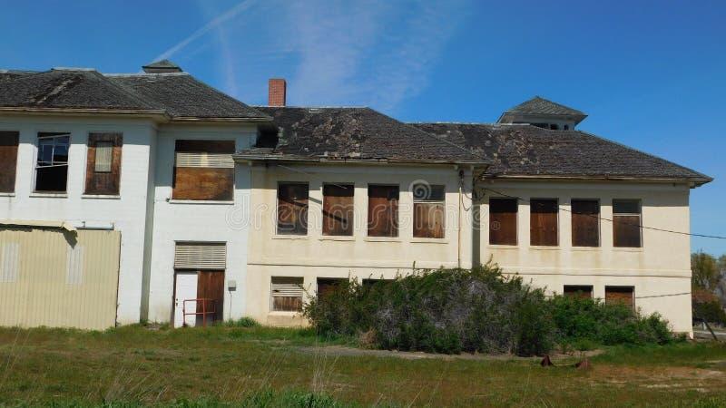 Vecchia scuola abbandonata immagini stock
