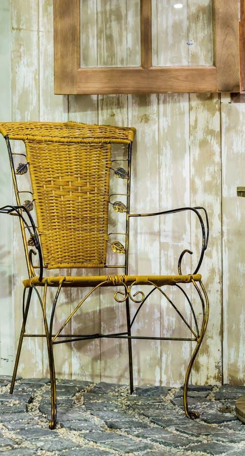 Vecchia sedia di vimini del rattan fotografia stock libera da diritti