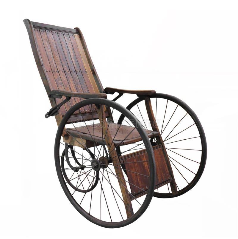 Vecchia sedia a rotelle isolata fotografie stock libere da diritti