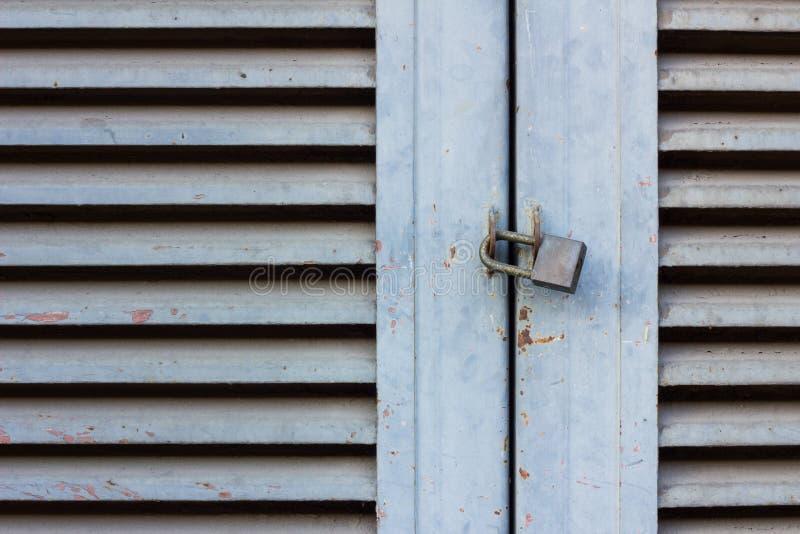 Vecchia serratura a chiave sulla porta di legno vicina immagine stock libera da diritti