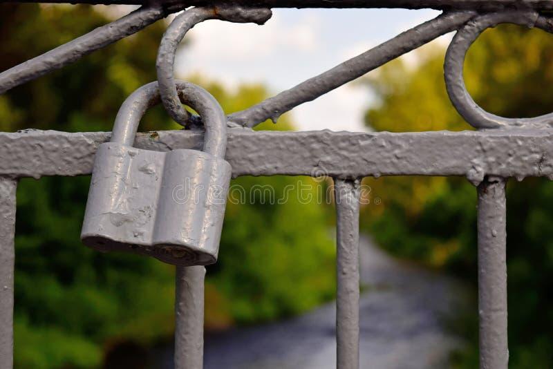 Vecchia serratura dipinta che appende sul recinto fotografia stock