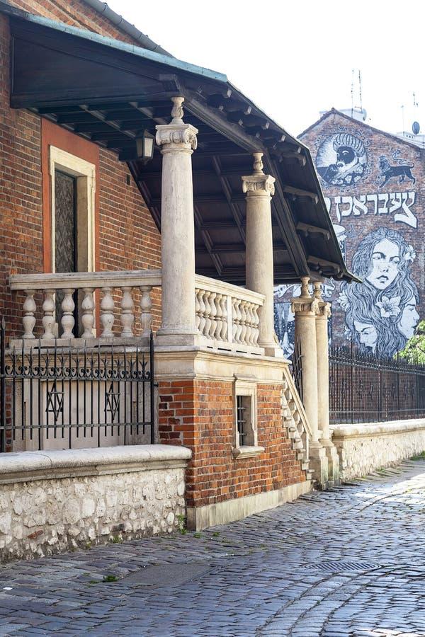 Vecchia sinagoga in distretto ebreo di Cracovia - Kazimierz su Szerok fotografia stock libera da diritti