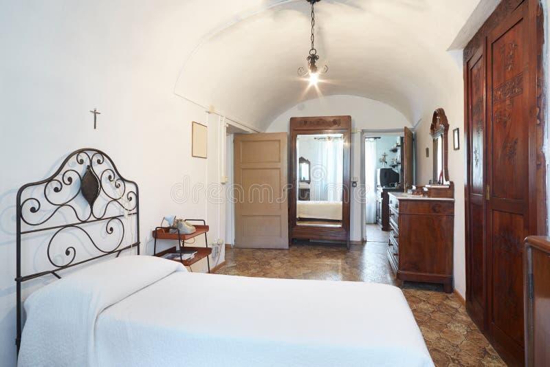 Vecchia singola camera da letto in casa antica immagine stock immagine di eleganza bello - Camera da letto singola ...