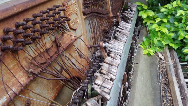 Vecchia sinistra arrugginita da decomporrsi caratteristica del giardino del piano immagine stock libera da diritti