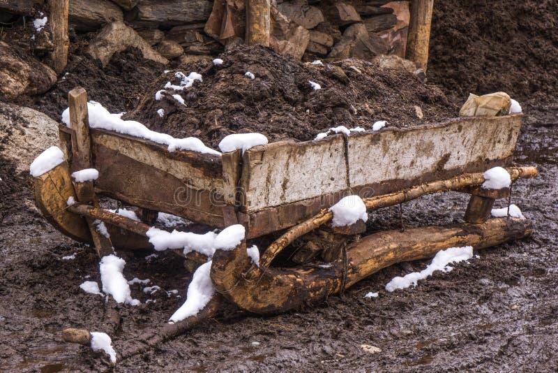 Vecchia slitta di legno del mudd immagine stock