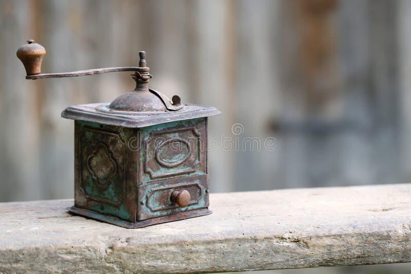 Vecchia smerigliatrice metallica a mano delle spezie o del caffè immagini stock libere da diritti