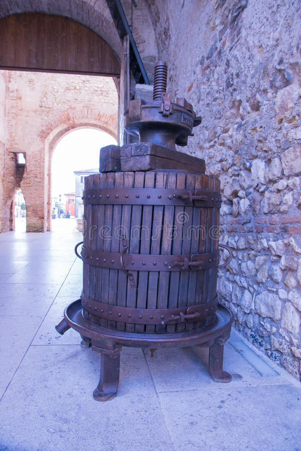 Vecchia stampa manuale di legno utilizzata per premere l'uva e per produrre vino fotografie stock libere da diritti