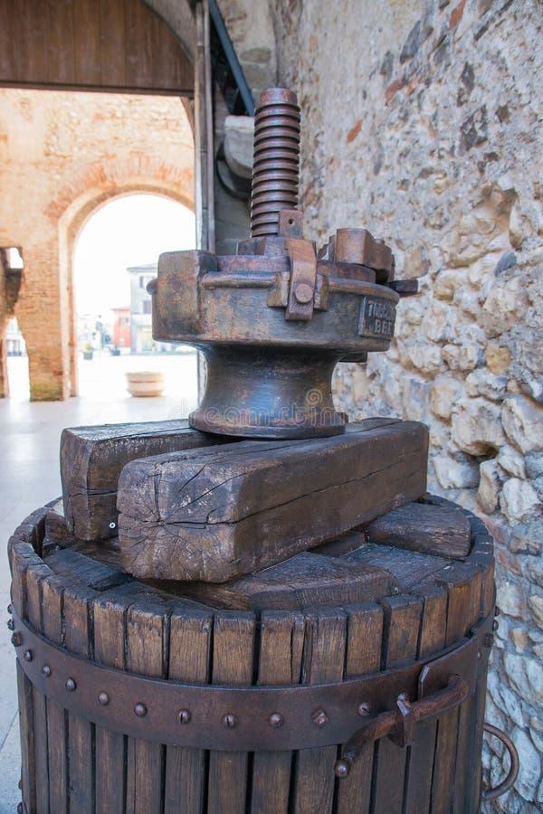 Vecchia stampa manuale di legno utilizzata per premere l'uva e per produrre vino fotografia stock libera da diritti