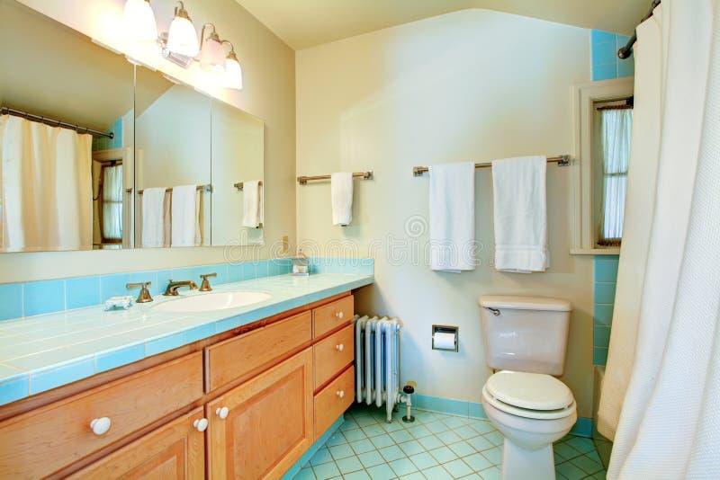Vecchia stanza da bagno antica con le mattonelle blu. fotografia stock libera da diritti
