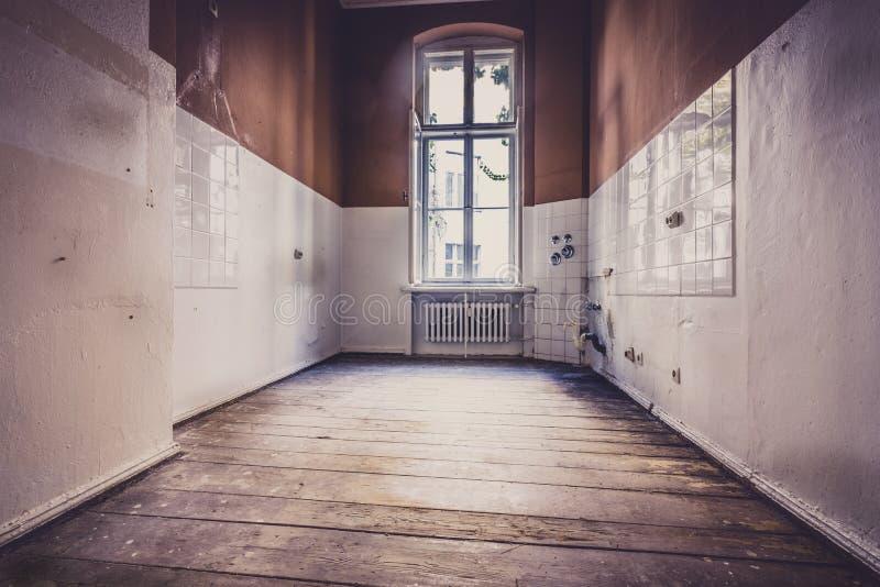 Vecchia stanza vuota prima di rinnovamento - appartamento o interna della cucina immagine stock