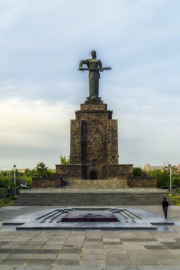 Vecchia statua della madre Armenia che tiene una spada fotografia stock libera da diritti