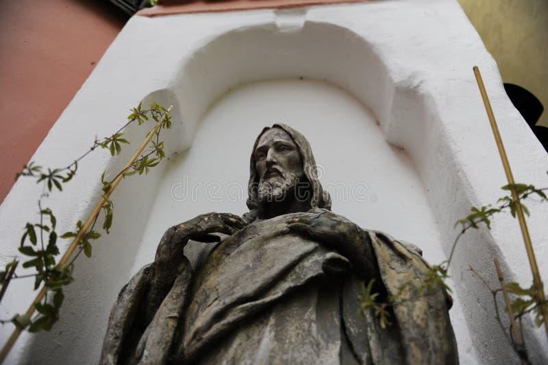 Vecchia statua di Jesus Christ giù su immagini stock