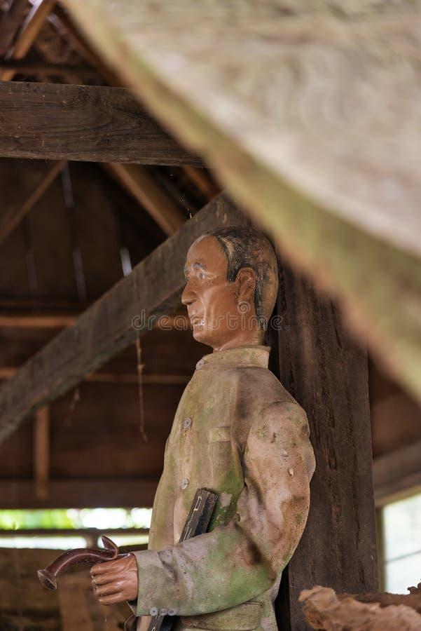 Vecchia statua di legno di Tau Tau Suaya è vecchio luogo di sepoltura delle scogliere in Tana Toraja Sulawesi del sud, Indonesia immagine stock libera da diritti