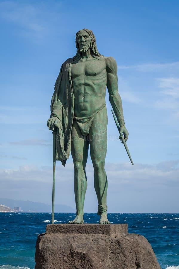 Vecchia statua di re di Guanche a Candelaria immagini stock