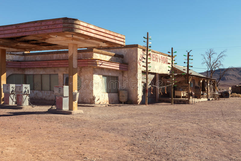 Vecchia stazione di servizio in deserto del Sahara vicino a Ouarzazate, Marocco Immagine tonificata fotografie stock libere da diritti