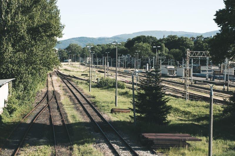 Vecchia stazione ferroviaria vuota, molte rotaie su un fondo del supporto immagini stock libere da diritti