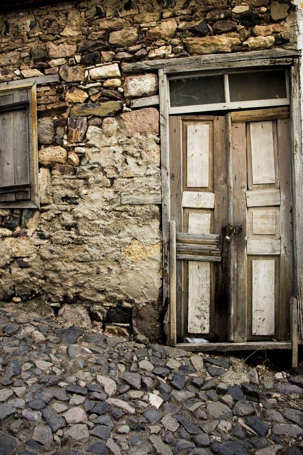 Vecchia strada di legno della pietra e della porta fotografia stock