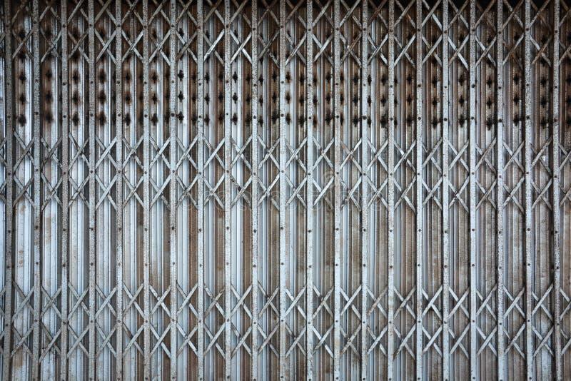 Vecchia struttura arrugginita del fondo del portone della porta del metallo di piegatura d'annata fotografia stock libera da diritti