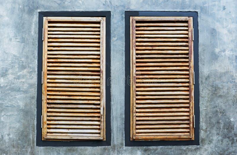 Vecchia struttura della finestra di legno di arte isolata nel bianco Vecchia finestra di legno fotografie stock libere da diritti