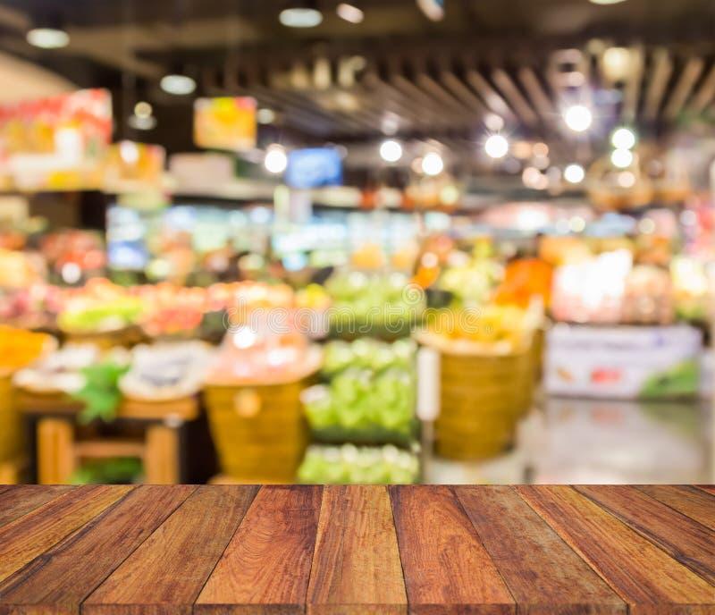 Vecchia struttura di legno con il supermercato della sfuocatura immagine stock libera da diritti