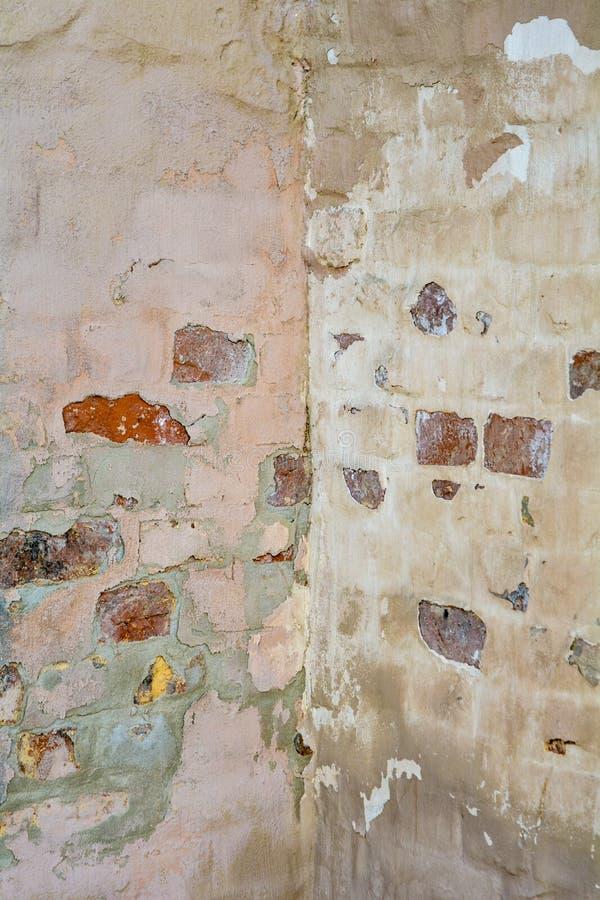 Vecchia struttura dipinta vuota della parete dello stucco del mattone con gesso nocivo come spazio della copia fotografia stock libera da diritti