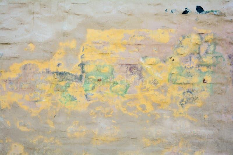 Vecchia struttura dipinta vuota della parete dello stucco del mattone con gesso nocivo come spazio della copia immagini stock libere da diritti