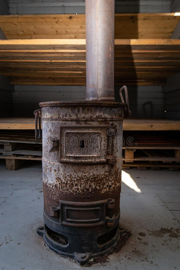 Vecchia stufa arrugginita del carbone per il riscaldamento dell'automobile ferroviaria immagini stock libere da diritti