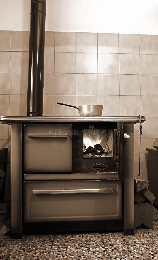 Vecchia Stufa A Legna Nella Cucina Della Casa Antica Immagine Stock ...