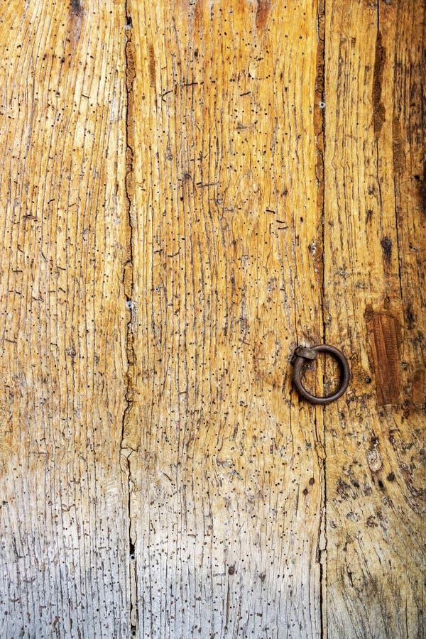 Vecchia superficie di legno nociva della porta fotografie stock libere da diritti