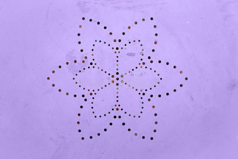 Vecchia superficie di metallo dipinta misera Modello perforato del petalo del fiore Fori in un metallo Colore dell'anno 2018 fotografia stock libera da diritti