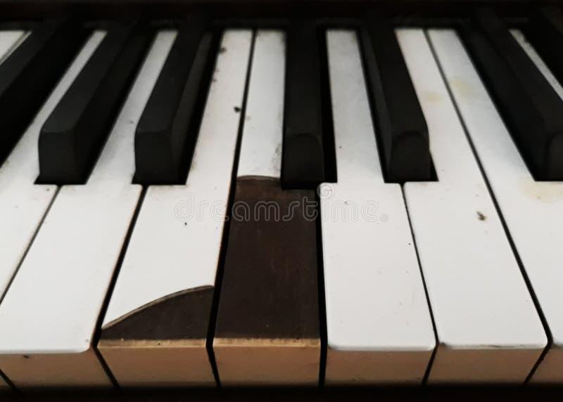 Vecchia tastiera rotta del piano fotografia stock libera da diritti