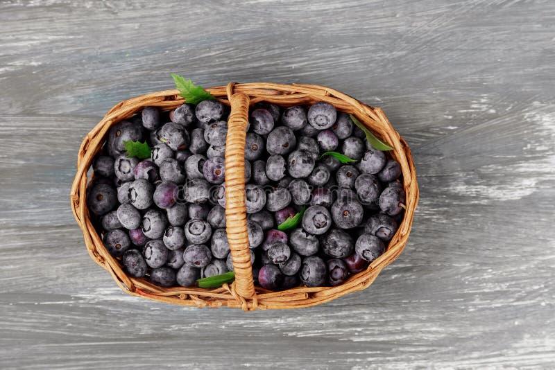 Vecchia tavola della merce nel carrello fresca dei mirtilli, frutti maturi dalla foresta sul mercato dell'agricoltore, sopraeleva fotografia stock libera da diritti